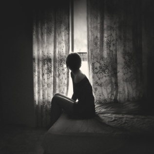 bed-black-and-white-girl-window-favim-com-178300-8288
